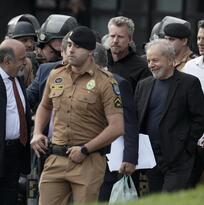 Libre pero no absuelto, Luiz Inácio Lula da Silva sale de la cárcel aclamado por sus seguidores