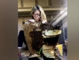 Mujer de Austin se vuelve viral por sus videos mostrando cómo salva abejas