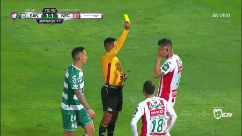 Tarjeta amarilla. El árbitro amonesta a Alexis Peña de Necaxa