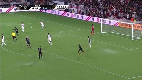 ¡Por poco y golazo! Wayne Rooney controló de taquito, disparó de media vuelta y reventó el palo
