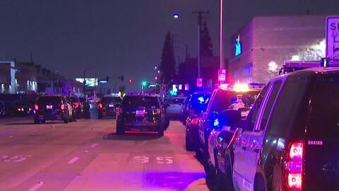 Autoridades de Los Ángeles investigan tiroteo que dejó dos heridos, entre ellos, un oficial
