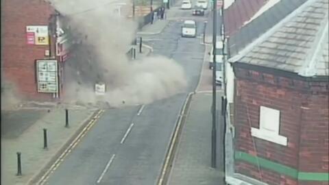En video: El momento en que explota el techo de un negocio en Inglaterra