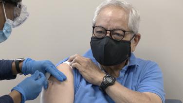 Citas tardías y poco suministro: Los desafíos del proceso de vacunación a mayores de 65 años en California
