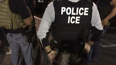 Hondureña demanda a un exagente de ICE al que acusa de violarla durante siete años bajo amenaza de deportarla