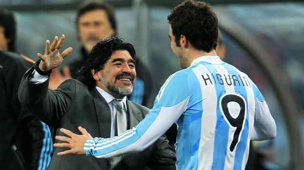 """Gonzalo Higuaín: """"A Maradona le hace bien estar en una cancha"""""""