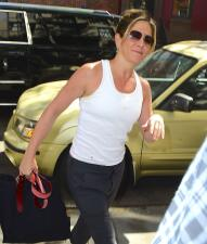 Jennifer Aniston con vientre planito