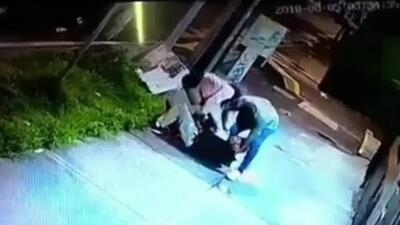 La brutal paliza de una pareja a un sujeto para robarle en un callejón de México