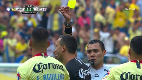 Tarjeta amarilla. El árbitro amonesta a Agustín Marchesín de América