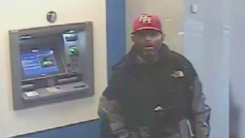 Buscan al sospechoso de atacar y robar a una mujer en un cajero automático de Brooklyn