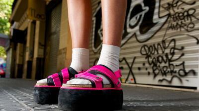 Chanclas con calcetines: el nuevo código de vestimenta del millennial