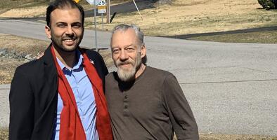 Candidato musulmán responde a los insultos de un hombre ayudándole a pagar sus facturas médicas