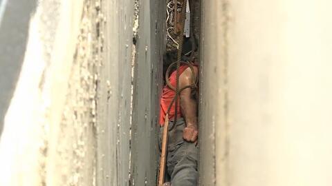 Un rescate que parecía imposible: este hombre casi muere atrapado en medio de dos edificios