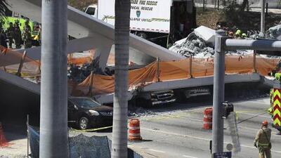 (Advertencia, contenido gráfico) Varios muertos tras el colapso de un puente peatonal en Miami