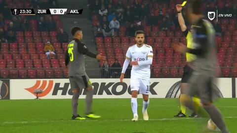 Tarjeta amarilla. El árbitro amonesta a Facundo García de AEK Larnaka