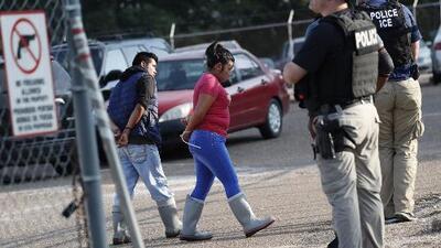 ICE sorprendió a inmigrantes en fábricas durante las redadas en Mississippi pero ¿los empleadores habían sido notificados?