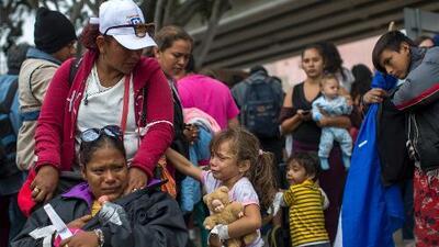 Senadores demócratas presentan propuesta para evitar separaciones forzadas de familias en la frontera