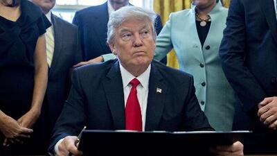 """Trump acusa a Chuck Schumer de llorar con """"lágrimas falsas"""" cuando habló sobre el veto migratorio"""