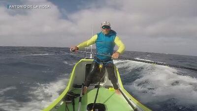 Increíble hazaña: él es el primer humano que cruza el Océano Pacífico a bordo de una tabla con remos