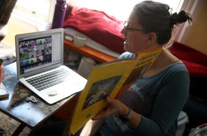 <b>Un aula virtual repleta.</b> Leanne Francis, maestra de primer grado en una escuela primaria en San Francisco, California, imparte clases en una concurrida sesión de videoconferencia . 20 de marzo. <br>