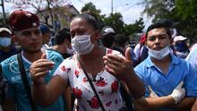 """Salvadoreños rompen la cuarentena para exigir la ayuda que prometió Bukele: """"Nos estamos muriendo de hambre"""""""