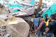 EDITORS NOTE: Graphic content / Rescuers search for survivors at a collapsed building in Mamuju city on January 15, 2021, after a 6.2-magnitude earthquake rocked Indonesia's Sulawesi island. (Photo by Mawardi / AFP) (Photo by MAWARDI/AFP via Getty Images)