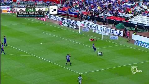 Fuera de juego de Yairo Moreno: El juez de línea levanta el banderín y anula la jugada.