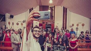 Pelucas y bromas en videos virales: la estrategia de un joven sacerdote para propagar la fe