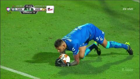 Gerardo Arteaga despeja el balón y aleja el peligro