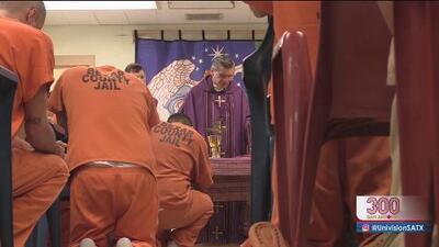 Presos en la cárcel del condado Bexar reciben bendición del arzobispo de San Antonio