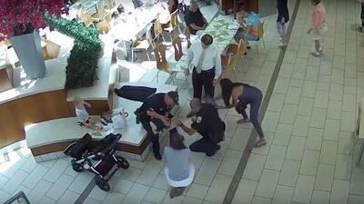 En video: dos policías de Florida salvan la vida de una bebé que no podía respirar