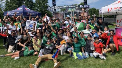 En Fotos: Aficionados afuera de Soldier Field esperan a que inicie la final de Copa Oro en Chicago