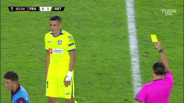 Tarjeta amarilla. El árbitro amonesta a Faycal Fajr de Getafe