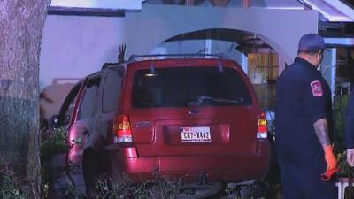 Gran susto se llevó una pareja de la tercera edad al chocar una camioneta contra su domicilio
