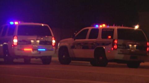 Una mujer muere por heridas de bala en un complejo de apartamentos en Phoenix, el principal sospechoso se encuentra prófugo