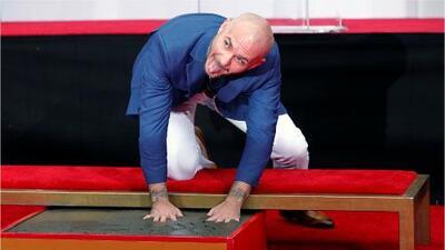 Pitbull deja sus huellas en el Teatro Chino de Hollywood