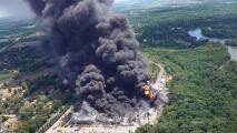 """""""Medio millón de galones siguen quemándose"""", bomberos continúan combatiendo incendio en planta industrial en Rockton"""