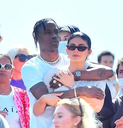 """Kylie y Travis se conocieron en el festival de Coachella en 2017 y en febrero de 2018 dieron la bienvenida a su hija Stormi. La pareja aún  <b><a href=""""https://www.univision.com/famosos/cada-vez-mas-lejos-la-boda-de-kylie-jenner-y-travis-scott-fotos"""" target=""""_blank"""">no se ha casado.</a></b>"""
