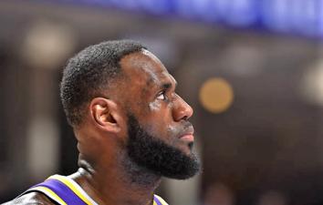 LeBron James sigue haciendo historia aunque sus Lakers corran peligro de no ir a Playoffs