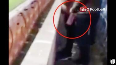Aficionado inglés, arrestado por orinar en botella de agua de un portero