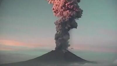 El impresionante estallido que es la nueva muestra de que el volcán Popocatépetl sigue despierto