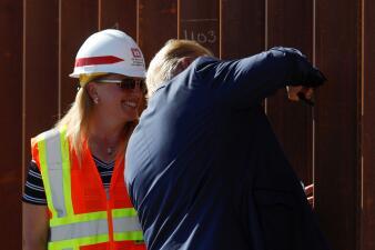 """Trump estampa su firma en lo que llamó la """"versión Rolls Royce"""" del muro fronterizo en California (fotos)"""