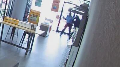 Pistola en mano, un agente de seguridad enfrentó a dos ladrones en una tienda de Texas
