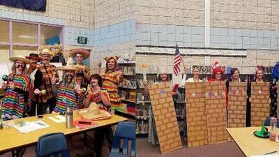 Acusan de racistas a maestros disfrazados como el muro de Trump