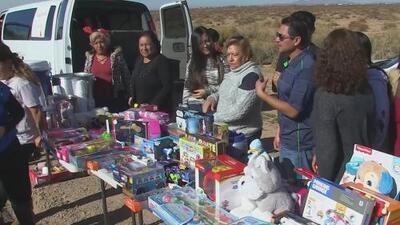 Voluntarios brindan apoyo a familias de inmigrantes recluidos en un centro de detención de Arizona