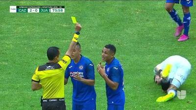 Tarjeta amarilla. El árbitro amonesta a Yoshimar Yotún de Cruz Azul