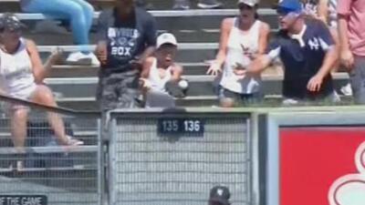 Pelota cae de rebote en el guante de un niño en el juego de los Yankees y así reaccionó