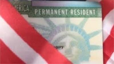 ¿Puedo viajar fuera del país con la green card si recibo ayudas sociales del gobierno?