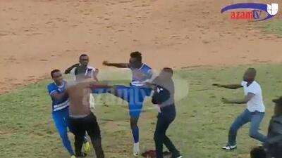 Un hincha entra a la cancha a reclamarle al árbitro y terminó llevándose tremenda golpiza de los jugadores