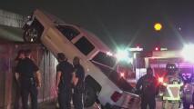 Rescatan a un conductor que quedó colgado con su camioneta al costado de una autopista de Houston