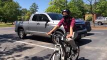 """""""Determinación y dedicación"""": Sin dinero para un auto, este joven viajó en bicicleta por cuatro años para ir a la universidad"""